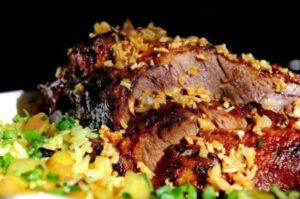 Receita de pernil de cordeiro com arroz de pinhão